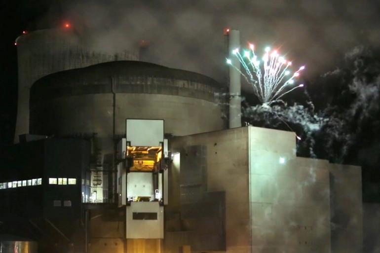 Greenpeace a tiré un feu d'artifice sur le site de la centrale nucléaire de Cattenom, le 12 octobre 2017