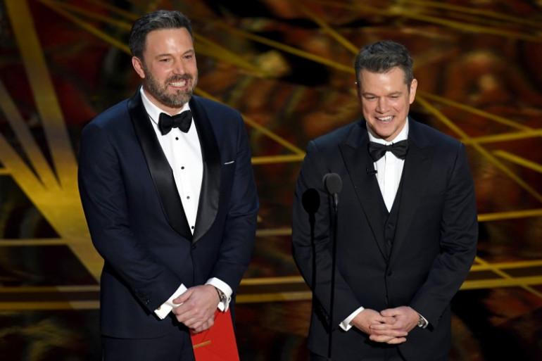 Les acteurs Ben Affleck et Matt Damon sur scène lors de la 89ème cérémonie des Oscars à Hollywood le 26 février 2017.