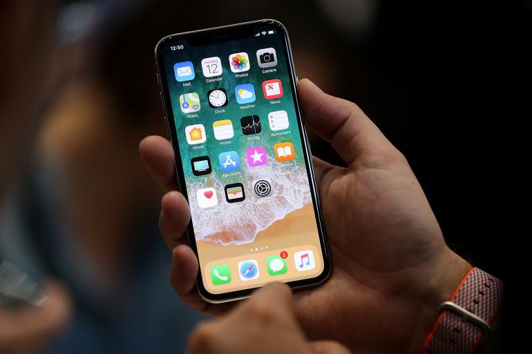 Un prototype d'iPhone X présenté par Apple à Cupertino le 12 septembre 2017