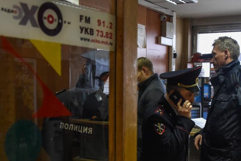 La police enquête au sein de la station de radio russe Echo de Moscou le 23 octobre 2017 à Moscou.