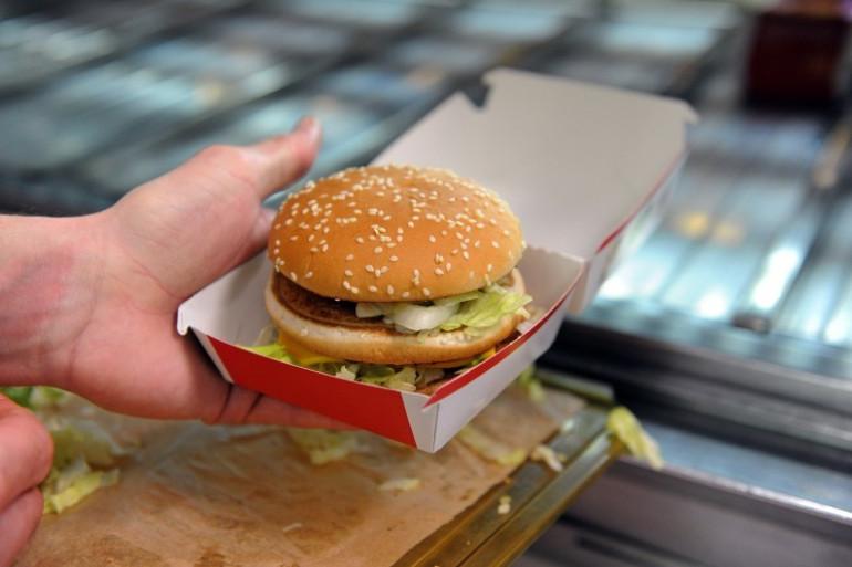 Un hamburger préparé dans un fast-food (Illustration)