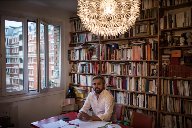Le député (LFI) Alexis Corbière pose dans son domicile du 12e arrondissement de Paris