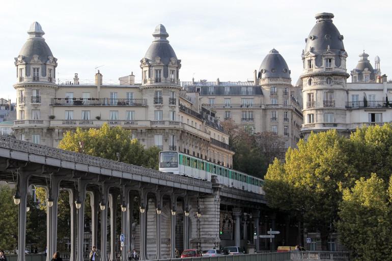Un métro aérien à Paris (illustration)