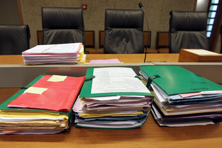 Des dossiers sur une table (illustration)