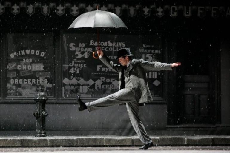 """Dan Burton sur la scène du Théâtre du Châtelet, dans """"Singin' in The Rain"""""""