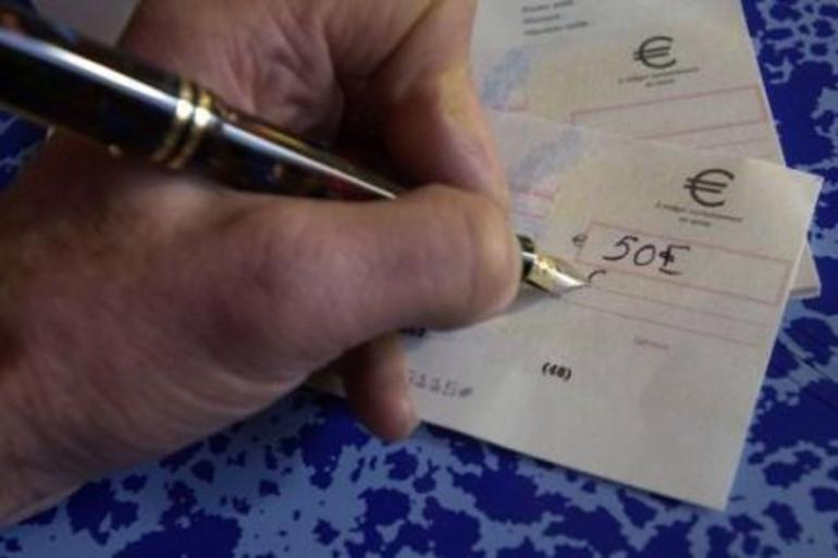 La signature d'un chèque (photo d'illustration)