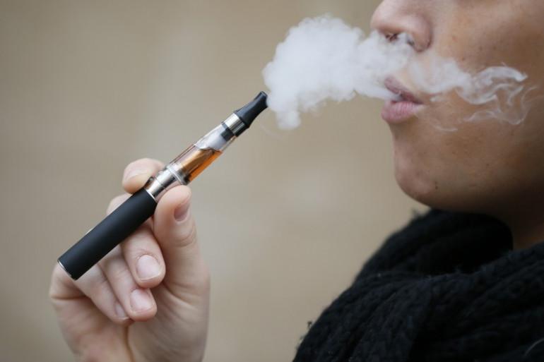 Un homme fume une cigarette électronique (Image d'illustration)