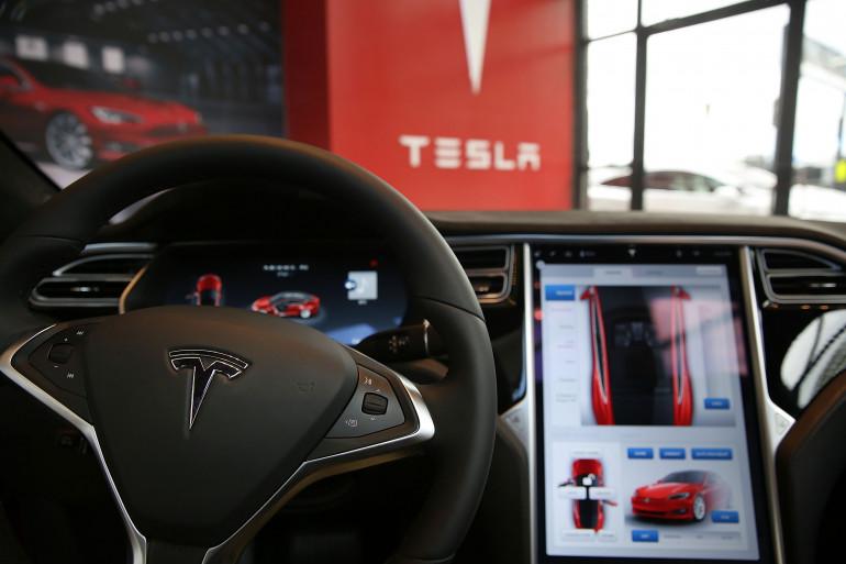 Le tableau de bord d'une voiture Tesla