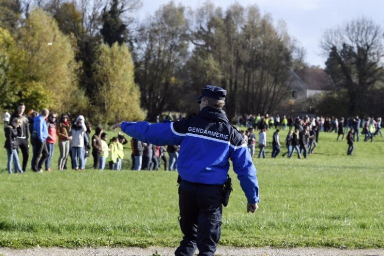 Un gendarme de Haute-Saône lors d'une battue pour retrouver Alexia Daval, portée disparue depuis le 28 octobre 2017