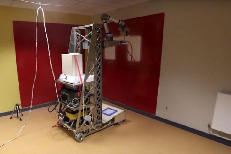 Le robot travaille tout seul dès qu'il est programmé mais il s'arrête automatiquement en cas d'obstacle