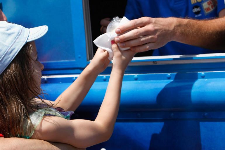 Un enfant achète une glace en Californie (illustration)