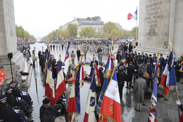 La cérémonie de commémoration du 11 novembre sous l'Arc de Triomphe à Paris