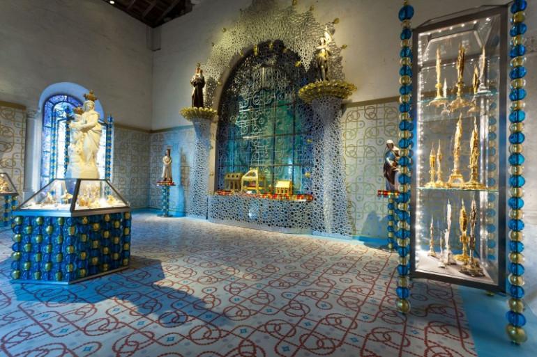 Les objets liturgiques présentés dans une œuvre d'art de l'artiste français Jean-Michel Othoniel dans la cathédrale Saint-Pierre d'Angoulême.