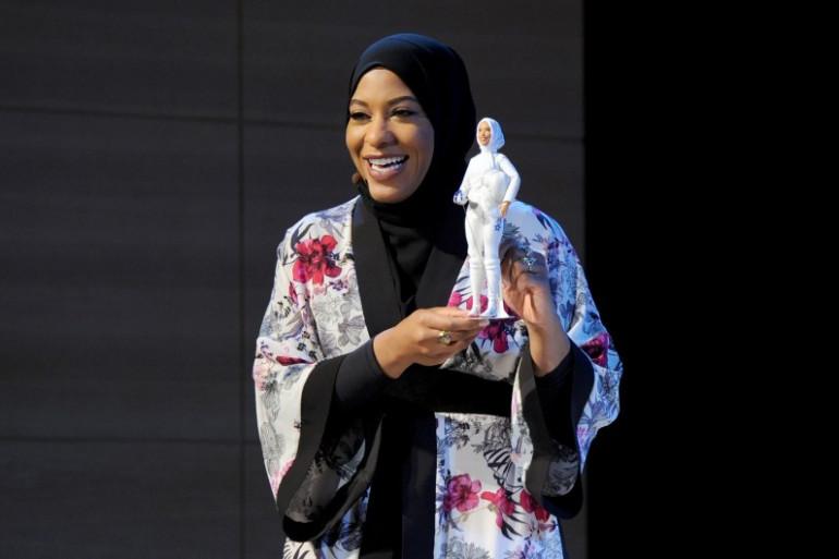 L'escrimeuse américaine Ibtihaj Muhammad avec la Barbie voilée à son effigie