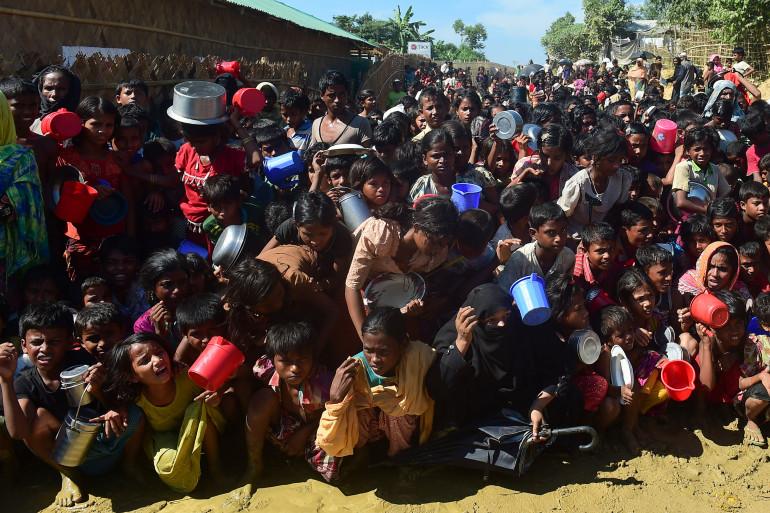 Des Rohingyas attendent pour une distribution de nourriture dans un camp de réfugiés bangladais le 14 novembre 2017.