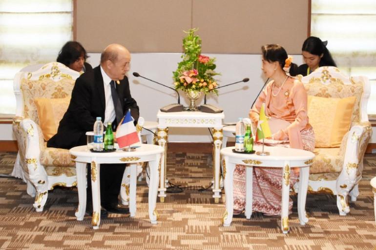 Le ministre français des Affaires étrangères, Jean-Yves Le Drian, s'entretient avec la dirigeante du Myanmar, Aung San Suu Kyi, lors d'une réunion à Naypyidaw le 20 novembre 2017.