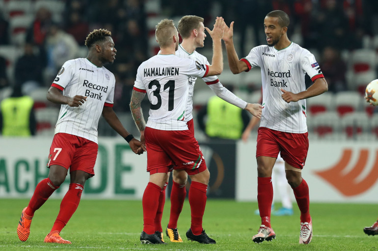 Brian Hamalainen félicité par ses coéquipiers lors du match Nice-Zulte Waregem, le 23 novembre 2017