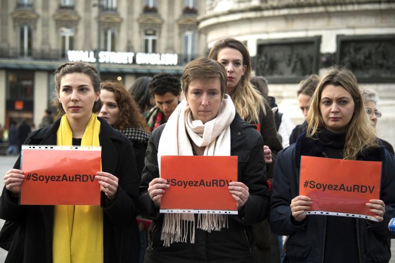 """Clara Gonzales, Caroline de Haas et les membres du mouvement féministe """"Effronté-e-s"""" pendant un rassemblement contre les violences faites aux femmes place de la République à Paris le 24 novembre 2017."""