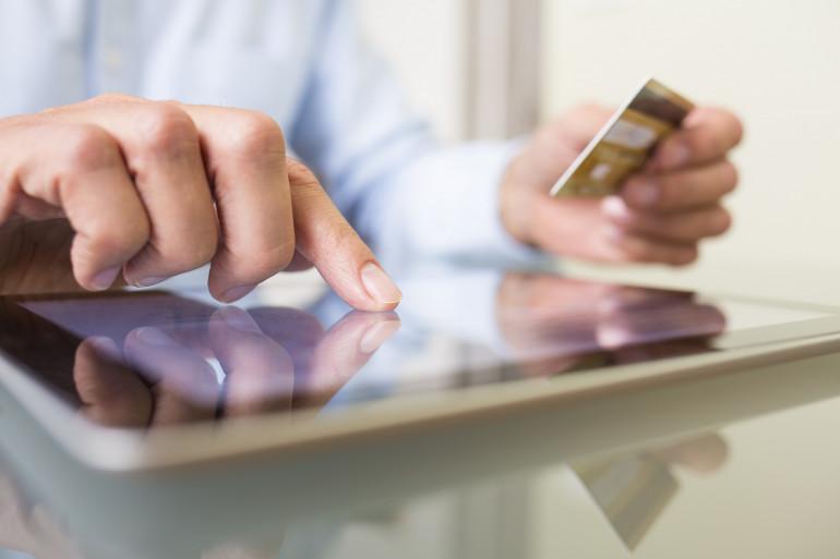 Des achats en ligne à l'aide d'une carte bancaire (illustration)