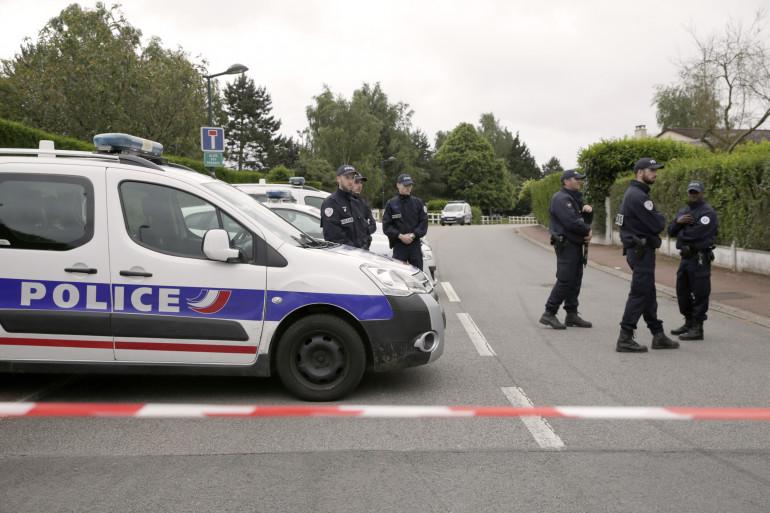 Des policiers délimitant un périmètre de sécurité à Magnanville, le 14 juin 2016