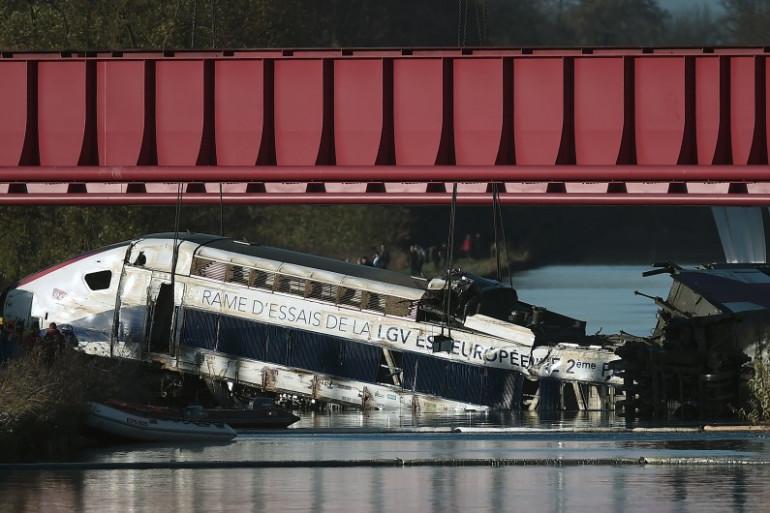 La rame d'essai de TGV en train d'être dégagée d'un canal de Eckwersheim près de Strasbourg, le 15 novembre 2015.