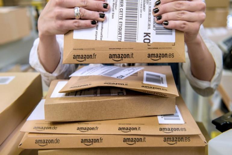 Une employée d'Amazon prépare des colis. (Illustration)