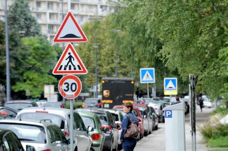 Signalisation annonçant un ralentisseur, un passage piéton et l'entrée dans une zone à 30 km/h.
