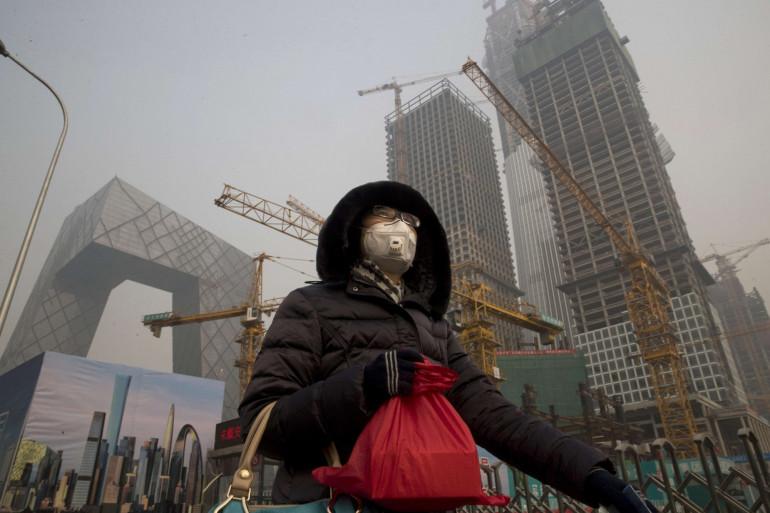 Une femme portant un masque anti-pollution en Chine, le 6 janvier 2017
