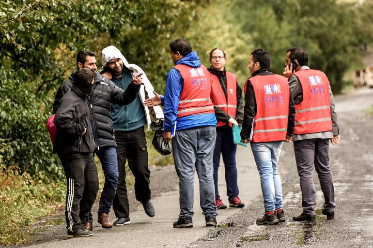 Les membres de l'Office Français de l'Immigration et de l'intégration discutent avec des migrants à Grande-Synthe (Illustration)