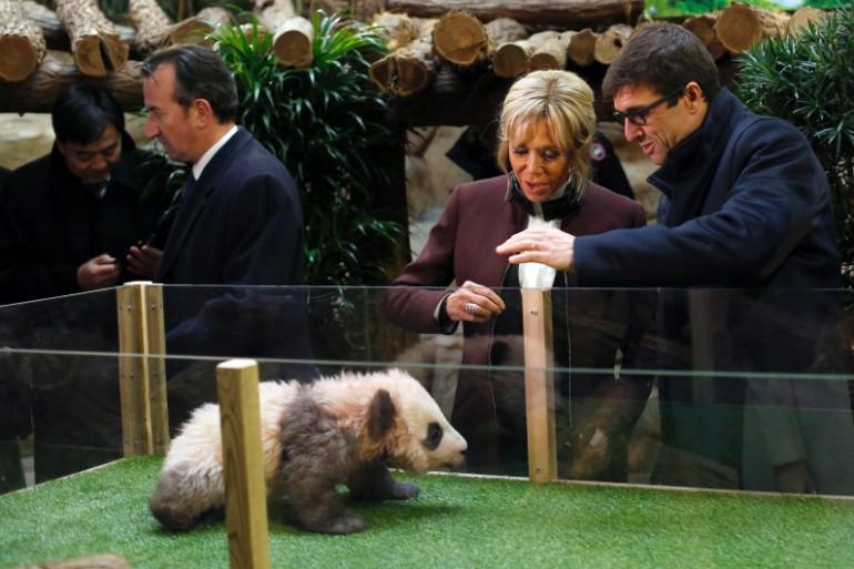Brigitte Macron et le directeur du Zoo de Beauval, Rodolphe Delord, pendant la cérémonie de baptême Yuan Meng, panda de 4 mois.