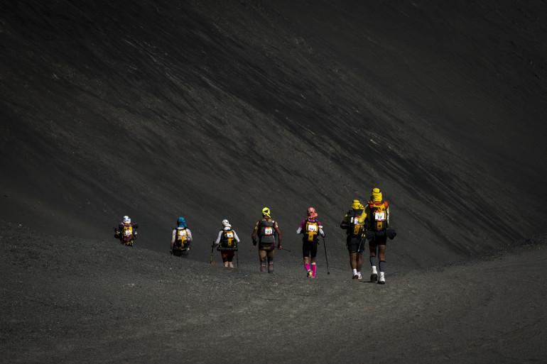 EN IMAGE - Des coureurs de marathon dans un désert noir au Pérou
