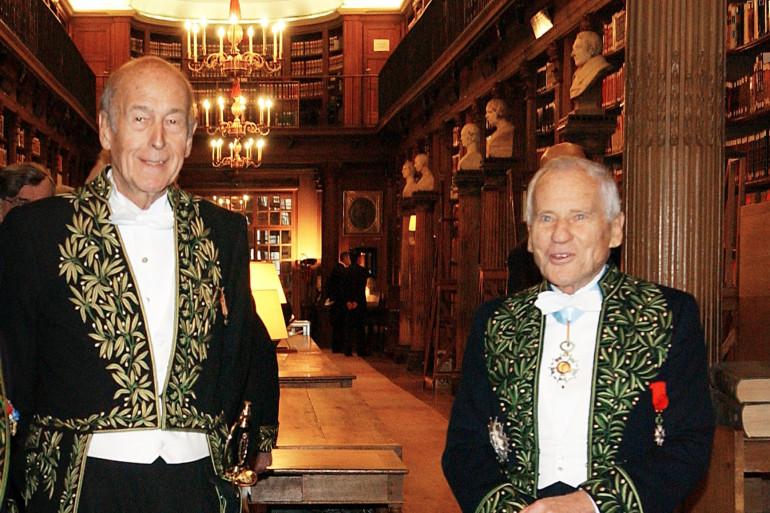 Valéry Giscard d'Estaing et Jean d'Ormesson, dans la bibliothèque de l'Institut de France à Paris le 16 décembre 2004