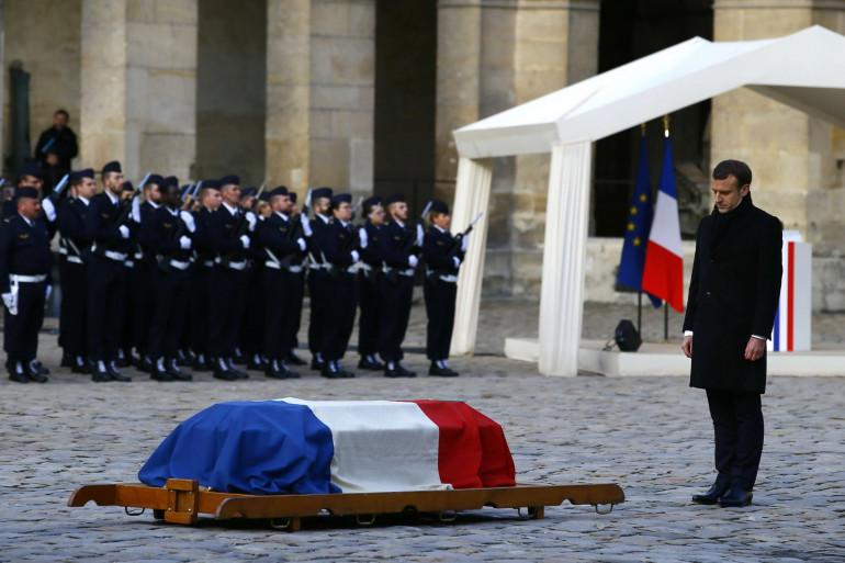 Emmanuel Macron se recueille devant la dépouille de Jean d'Ormesson dans la cour d'honneur des Invalides, le 8 décembre 2017