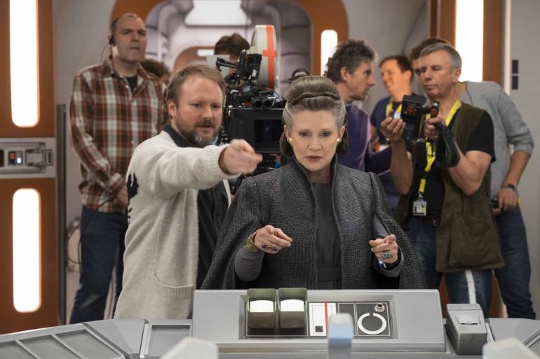 """Rian Johson et Carrie Fisher sur le tournage de """"Star Wars 8"""""""