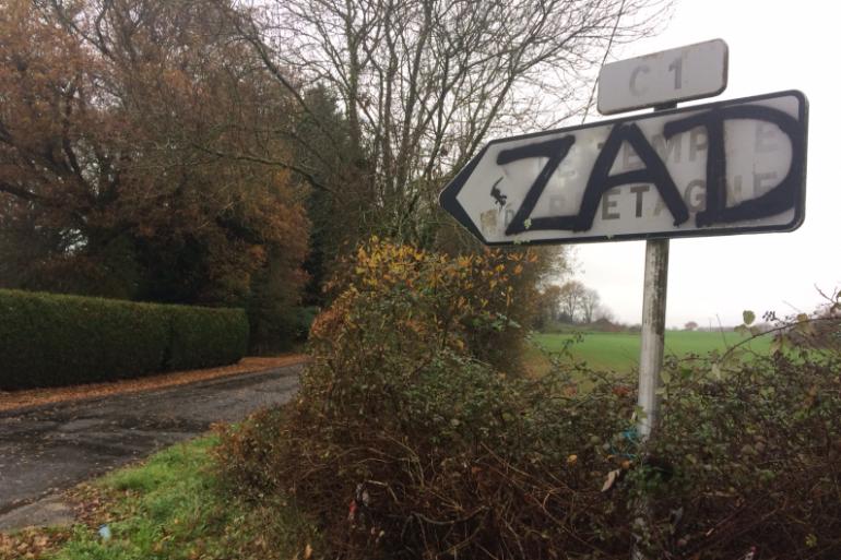 Un panneau tagué dans la ZAD de Notre-Dame-des-Landes.