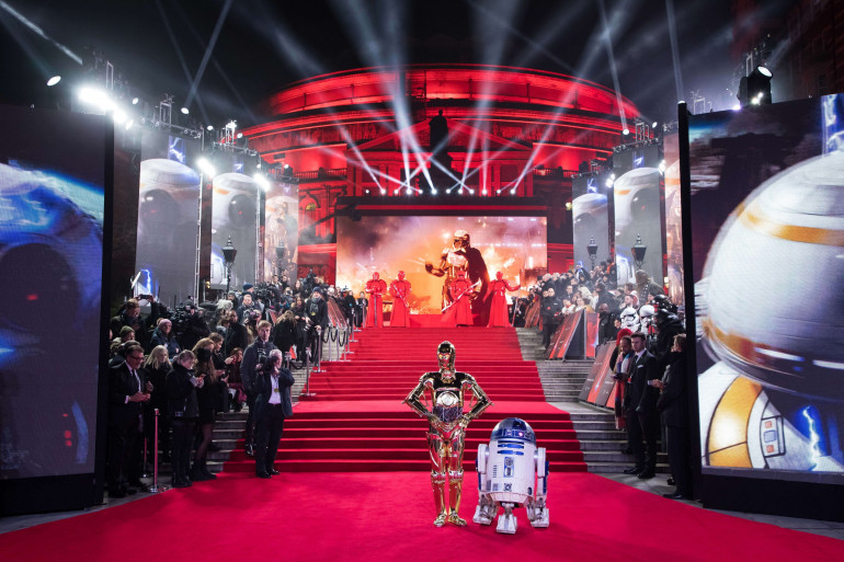 EN IMAGE - Star Wars 8 : R2-D2 et C3-PO sur le tapis rouge à Londres