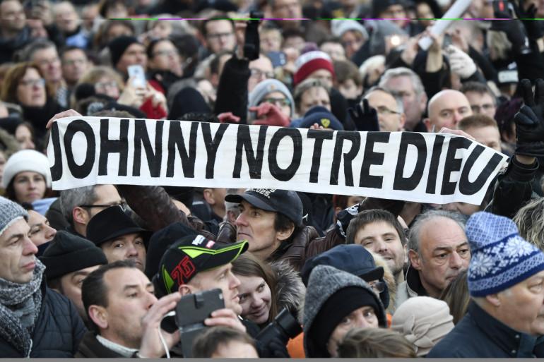 """Des fans rassemblés devant l'église de La Madeleine avant une cérémonie lors d'un """"hommage populaire"""" à Johnny Hallyday le 9 décembre 2017 à Paris."""