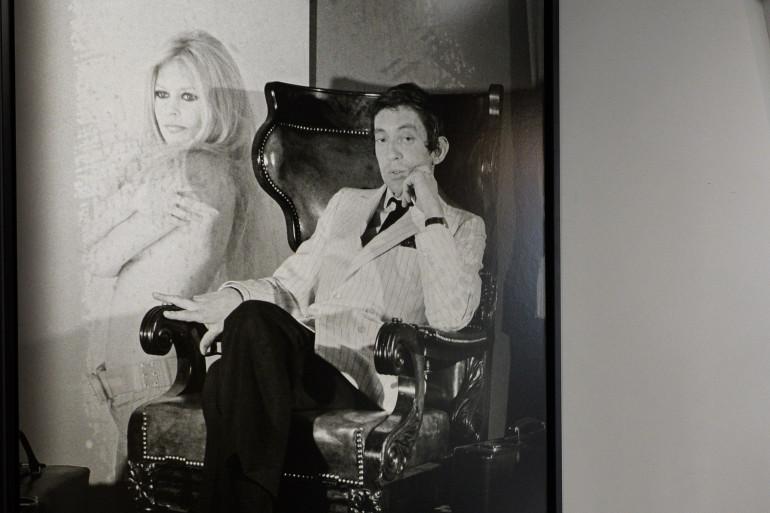 Un portrait de Serge Gainsbourg assis à côté d'une photographie de Brigitte Bardot