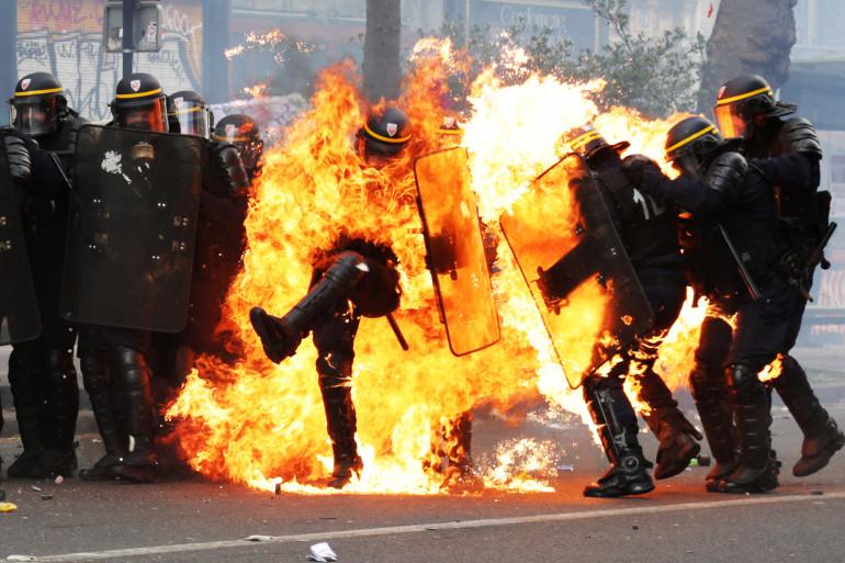 Le 1er mai 2017, un CRS s'enflamme après avoir reçu un cocktail molotov pendant les manifestations contre la réforme du Code du travail.