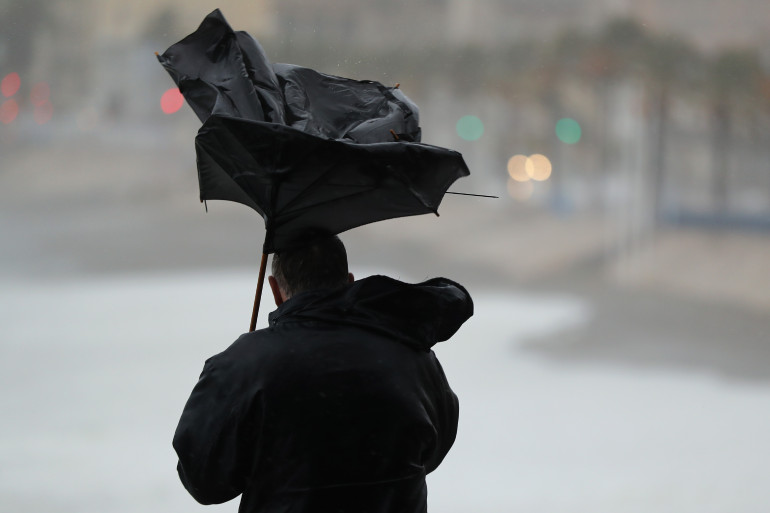 Un homme confronté aux rafales de vent, à Nice le 11 décembre 2017
