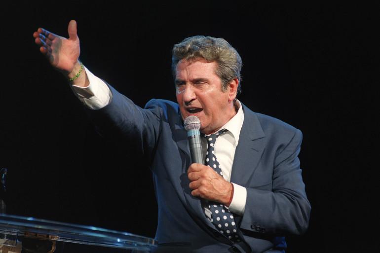 Le chanteur Gilbert Bécaud se produit sur la scène du Palais des Congrès, le 05 octobre 1993 à Paris.