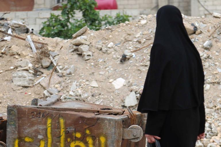 Une femme vêtue d'un niqab marche dans une rue syrienne (illustration)