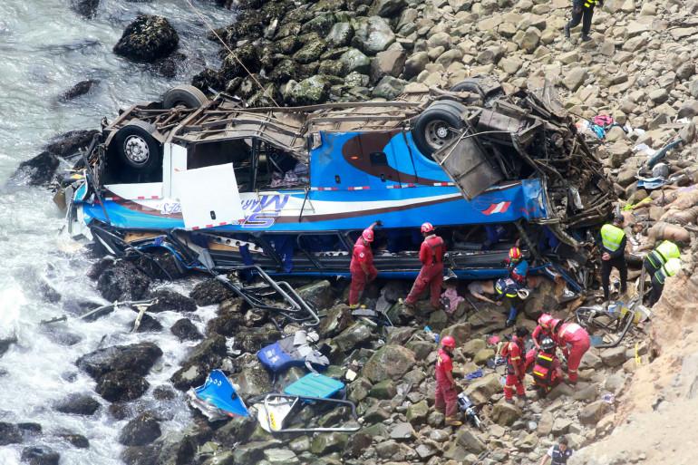 Un autocar tombé d'une falaise au Pérou (illustration)