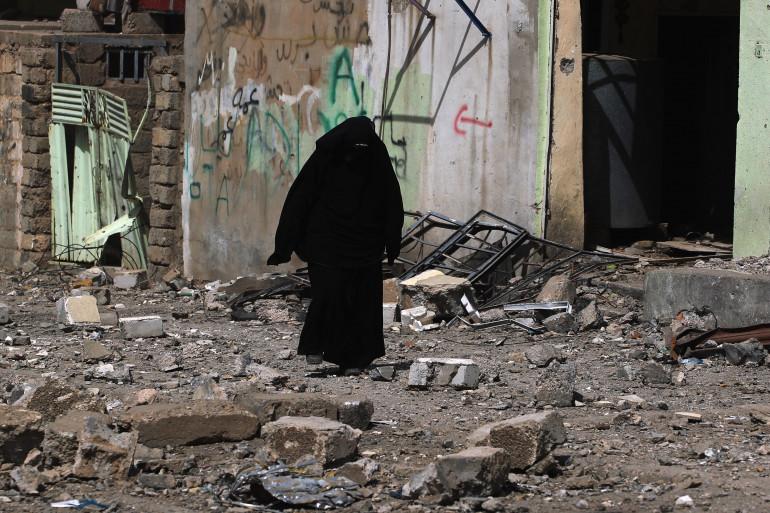 Une femme en niqab marche dans les rues irakiennes (illustration)