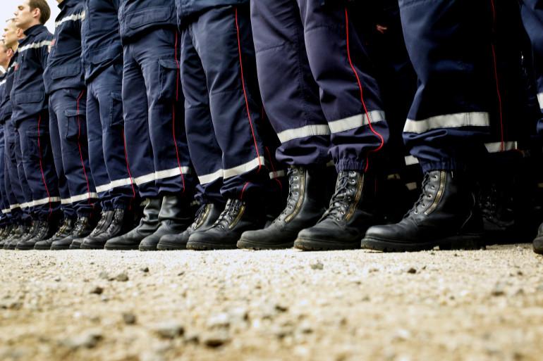 Des pompiers  le 3 mars 2007 dans la cour d'honneur de la préfecture du Rhône.