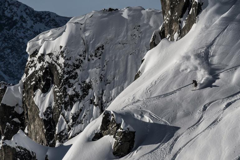 Une montagne enneigée (illustration)