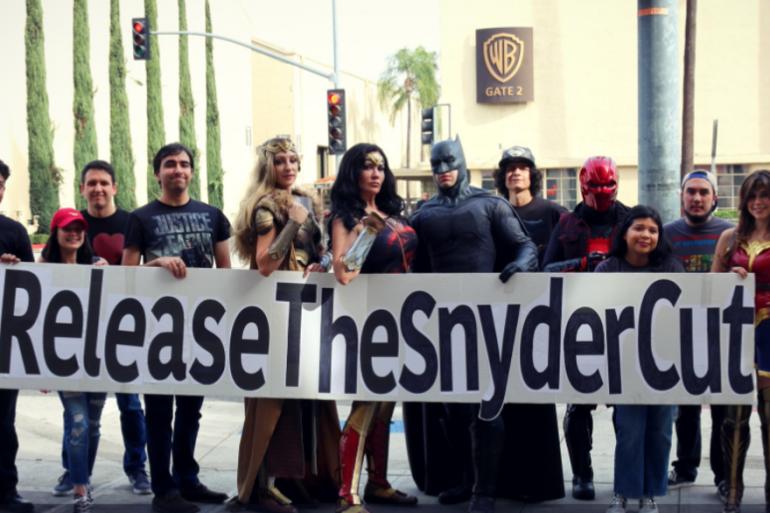 """La manifestation des fans de """"Justice League"""" devant les locaux de Warner Bros en Californie"""