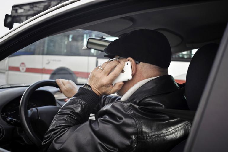 Une personne téléphone au volant à Lyon.