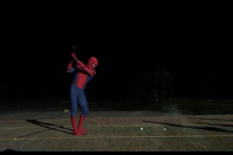 """Tom Holland en pleine séance de golf sur le tournage de """"Spider-Man : Homecoming"""""""