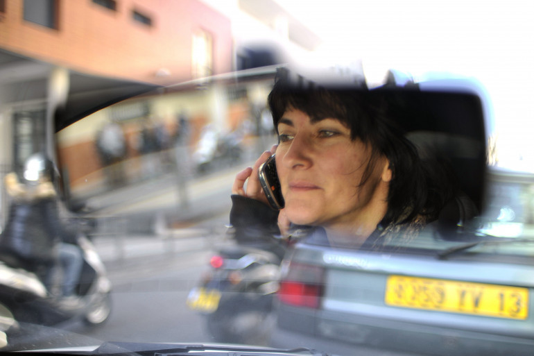 Une personne téléphone au volant à Marseille.